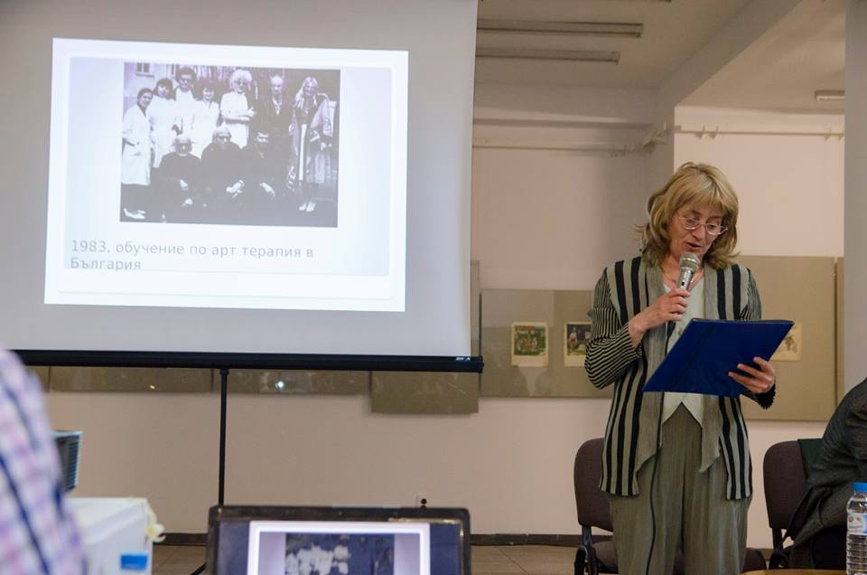 Женя Георгиева чете приветствието от проф. Даяна Уолър
